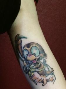 躲在手臂内侧的调皮可爱小猴子纹身图片