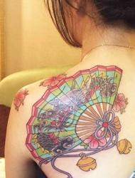 性感的后背有着一把精致扇子纹身