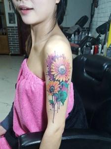 一款泼墨风格的手臂向日葵纹身图片