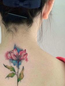 脊椎部的时尚精美花朵纹身图片