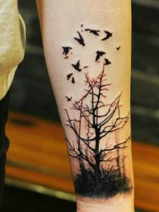 小树枝与小燕子结合的手臂纹身图片