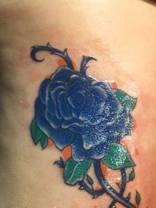 一朵蓝玫瑰侧腰部纹身图片很抢眼