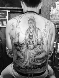 满背个性黑白的观音图腾纹身