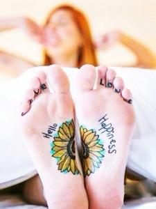可爱小雏菊传达快乐的个性刺青