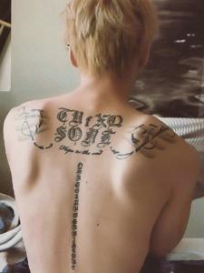 引人注目的背部與脊椎上的梵文紋身