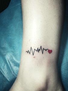 优雅女生裸脚上的心电图纹身图片