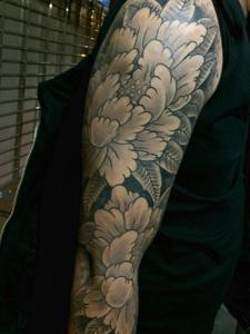 男生手臂的牡丹花開紋身