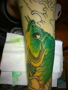 独特的绿色鲤鱼纹身图片很抢眼