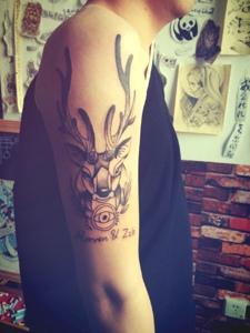 大臂可愛萌萌的小羊和英文紋身