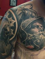 经典半甲人物雕像纹身霸气十足