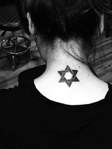 女生脖子上的六芒星個性紋身圖片