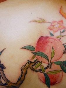 特别诱人的后背桃子纹身图片