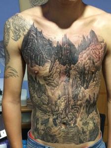 遮盖着整个胸前的山水图腾纹身