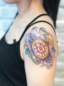 五彩鲜艳的怀表图案纹身