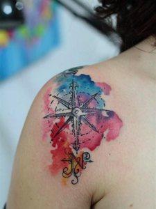 欧美女生香肩上的水彩纹身