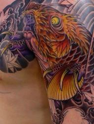 被刺伤的半甲大鲤鱼纹身可怜的样子