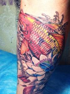 包着小腿的红鲤鱼纹身图片特养眼
