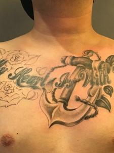 男士胸前道具与英文结合的纹身图案