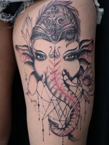 手臂上的精美大象刺青