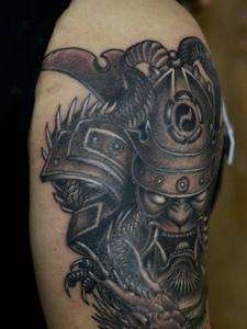 大臂日式黑白武士纹身图片