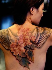 背部的花和樹葉一起的背部紋身