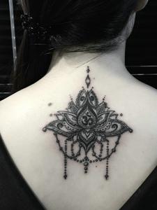 女生后背时尚美丽的海娜纹身图案