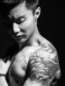 型男大臂黑白鲤鱼纹身图片特帅气