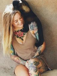 欧美女性和动物亲密接触非常开心的个性纹身