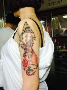几何与花朵结合的花臂小鹿纹身图片