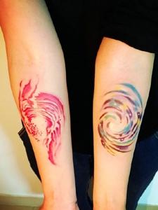 時尚特殊的手臂彩色浪花刺青