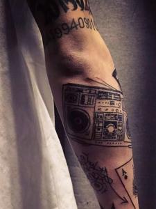 很有艺术感的手臂相机纹身图片
