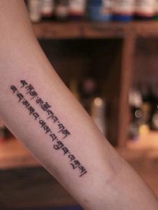 手臂内侧看得见的梵文刺青