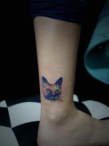 小腿看似很惊讶的小花猫头像纹身