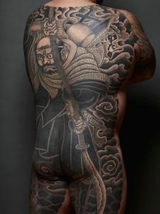 满背日式风格黑白图腾纹身图片