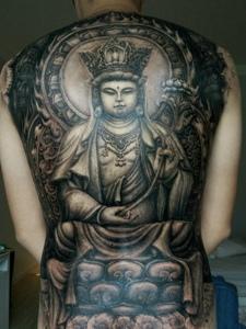 满背经典个性的黑白佛像纹身