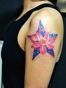 星空蓮花的花臂紋身圖片十分美麗