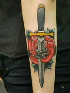 具有杀伤力的匕首纹身