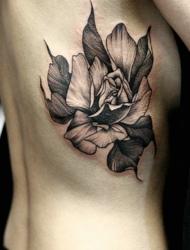 细腰美女侧部的精美黑白花朵纹身