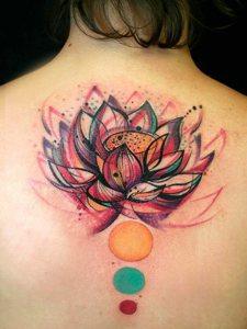 女生背部好看鲜艳的纹身