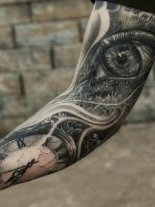 時鐘與眼球結合的花臂紋身圖片