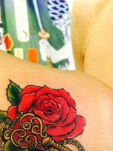爱心锁与玫瑰花朵结合的情侣纹身图片