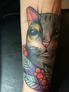 手臂上可爱大眼小花猫纹身图片