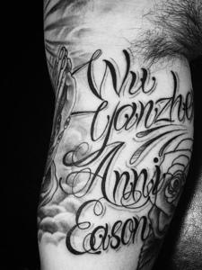 大臂大花体英文纹身图片很突出