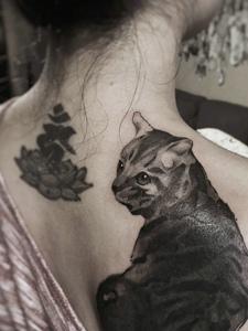 女生后背一只可爱的小猫纹身刺青