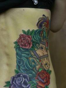 侧腰部的一匹爱美的骏马纹身刺青
