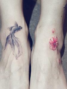 裸脚上的小清新花朵与小鱼纹身刺青
