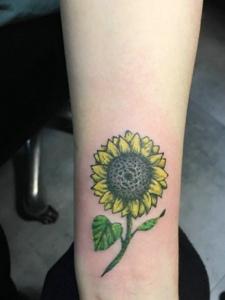 阳光灿烂的手腕向日葵纹身图片