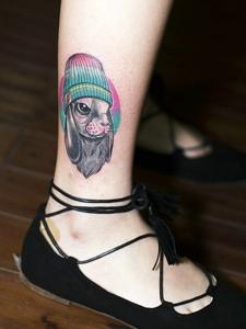 細長的小腿有著可愛小兔子紋身圖片