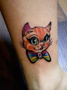 小腿部的一只彩色小花猫纹身图片