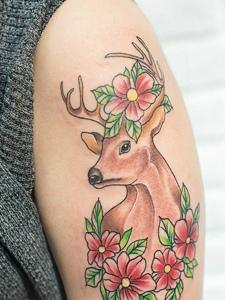 小鹿与花朵的个性花臂纹身刺青